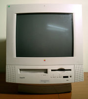 Ein Macintosh Performa 5200, ein all-in-one Desktop ähnlich dem iMac.